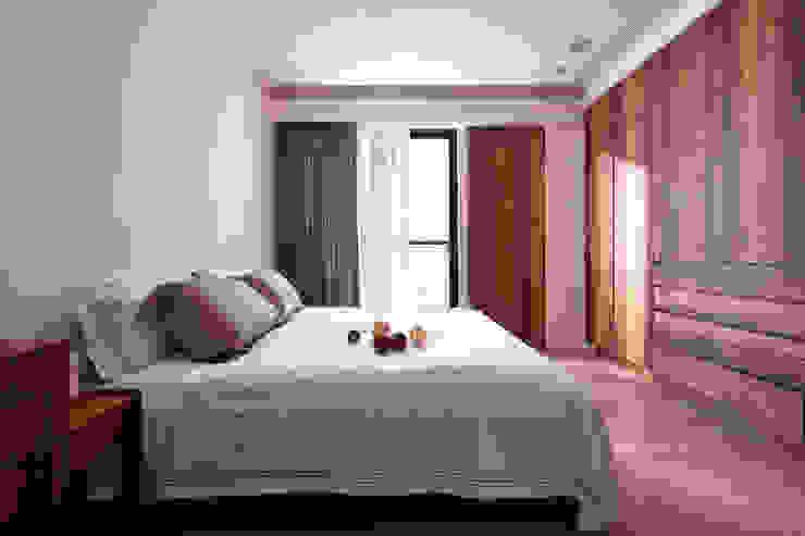 光影交錯的穿透樓梯,屬於都會的樂活休閒宅:  臥室 by 合觀設計