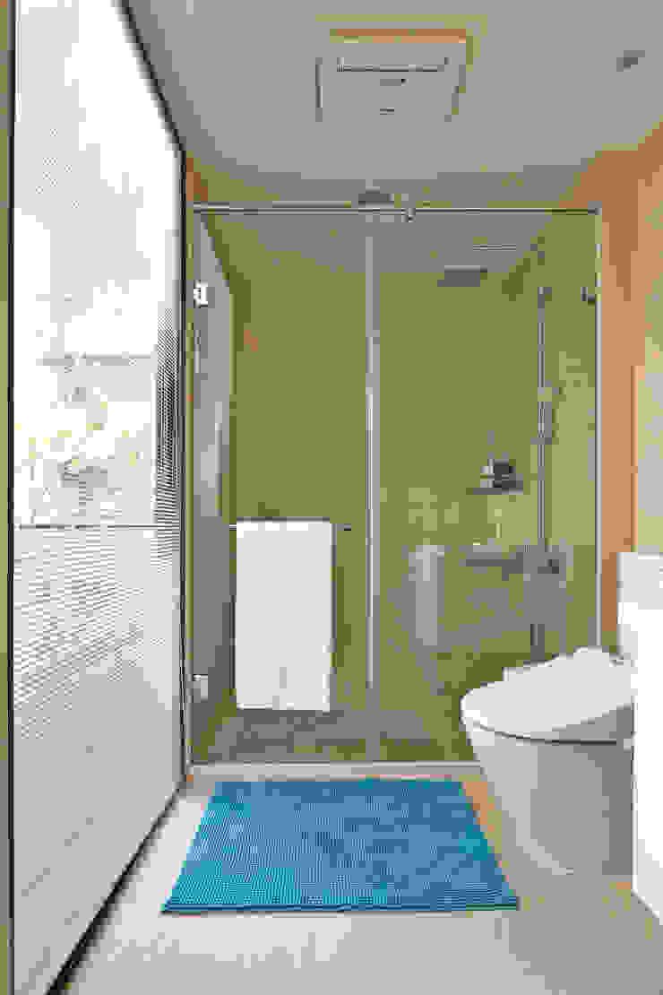 光影交錯的穿透樓梯,屬於都會的樂活休閒宅 現代浴室設計點子、靈感&圖片 根據 合觀設計 現代風