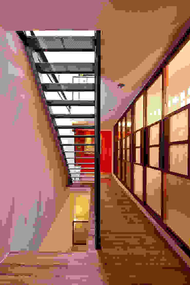 光影交錯的穿透樓梯,屬於都會的樂活休閒宅 現代風玄關、走廊與階梯 根據 合觀設計 現代風