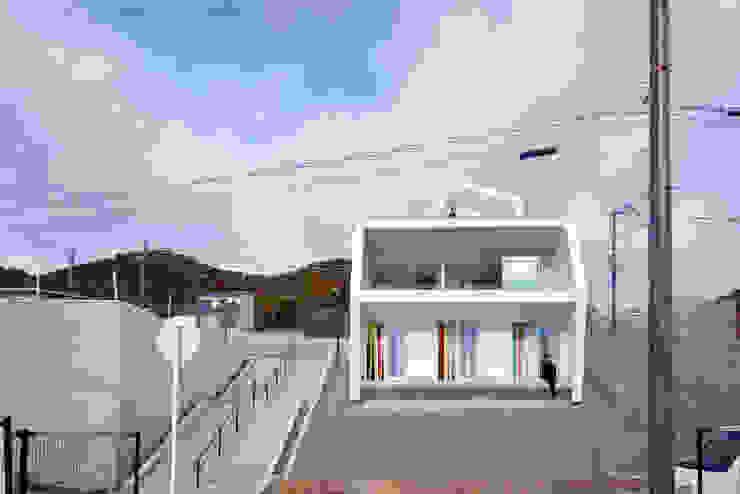 Casas de estilo escandinavo de 奥和田健建築設計事務所|okuwada architects office Escandinavo Vidrio