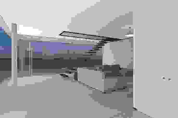 MORADIA SESIMBRA . PORTUGAL Corredores, halls e escadas minimalistas por PLURALLINES - Ideias, Projectos e Gestão Lda Minimalista