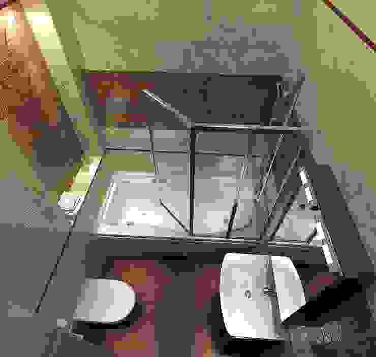 現代浴室設計點子、靈感&圖片 根據 Студия интерьера Дениса Серова 現代風