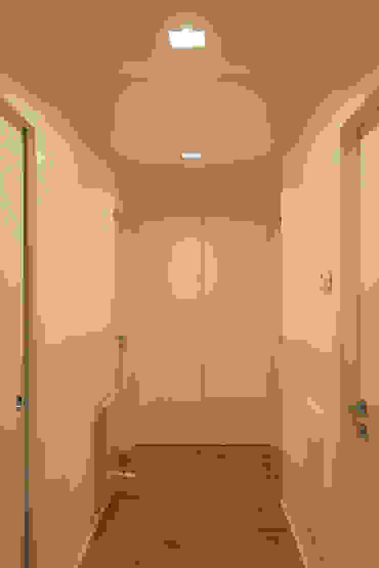 Architettura & Interior Design 'Officina Archetipo' Koridor & Tangga Minimalis White