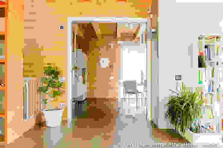Modern corridor, hallway & stairs by Venduta a Prima Vista Modern
