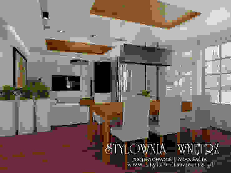 salon w domu jednorodzinnym Nowoczesny salon od Stylownia Wnętrz Nowoczesny Drewno O efekcie drewna