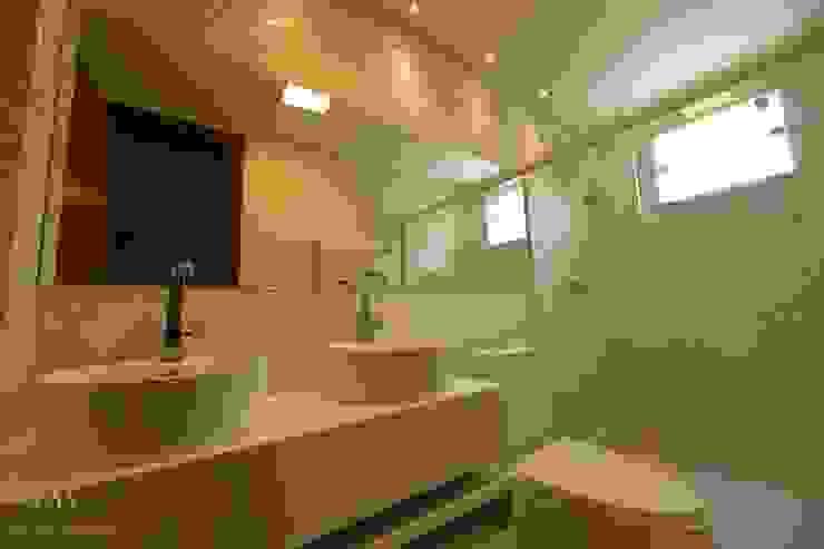 Baños de estilo moderno de Mariana Chalhoub Moderno