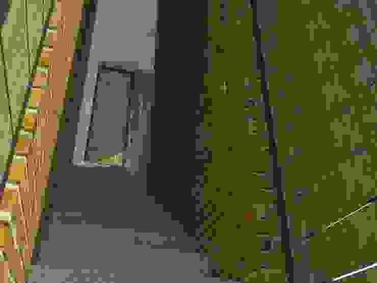 Acceso a segundo piso. Pasillos, vestíbulos y escaleras de estilo moderno de TALLER 9, ARQUITECTURA Moderno