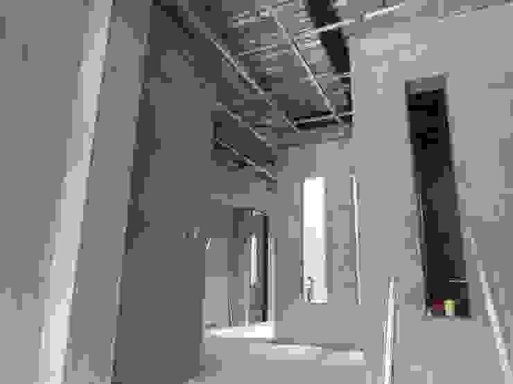 VIVIENDA <q>N&R</q> Pasillos, vestíbulos y escaleras de estilo moderno de TALLER 9, ARQUITECTURA Moderno
