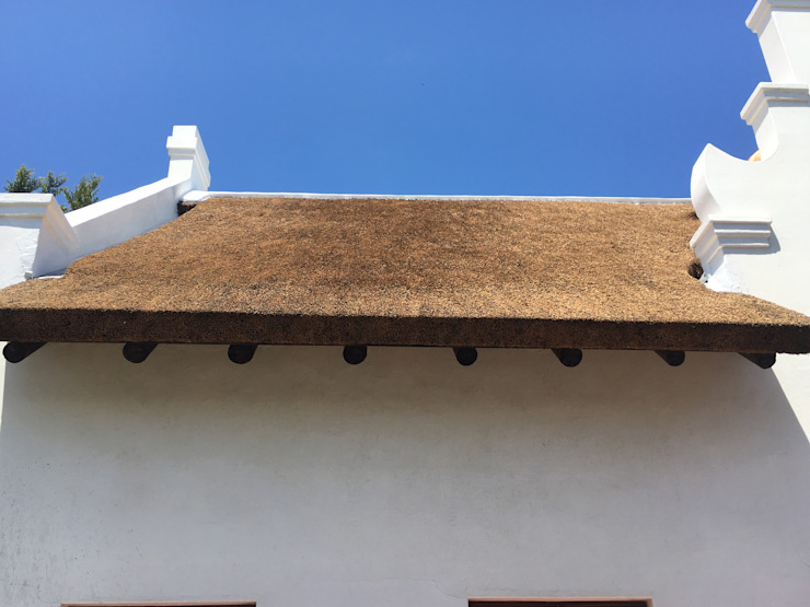Square, Neat Finishing Colonial style house by Cintsa Thatching & Roofing Colonial