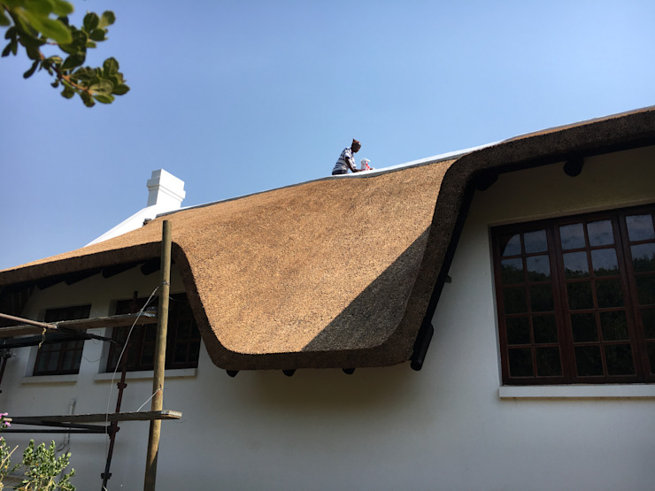 Stunning Curves & Contours Colonial style house by Cintsa Thatching & Roofing Colonial
