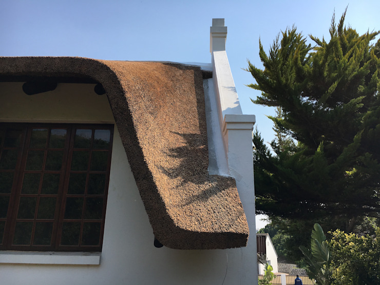 High Quality Finishing Colonial style house by Cintsa Thatching & Roofing Colonial