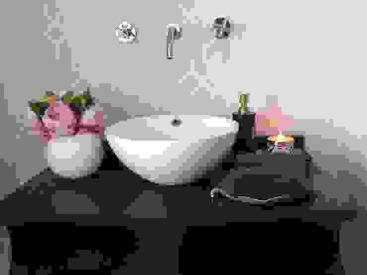 Black white and grey restroom in Porto Casas de banho clássicas por Perfect Home Interiors Clássico