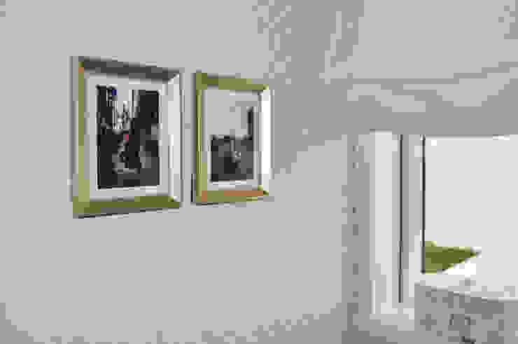 Black, white and grey restroom in Porto Casas de banho clássicas por Perfect Home Interiors Clássico