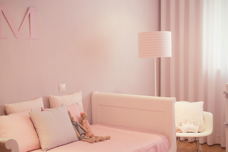 Neutral base with flashes of pink nursery Quartos de criança modernos por Perfect Home Interiors Moderno
