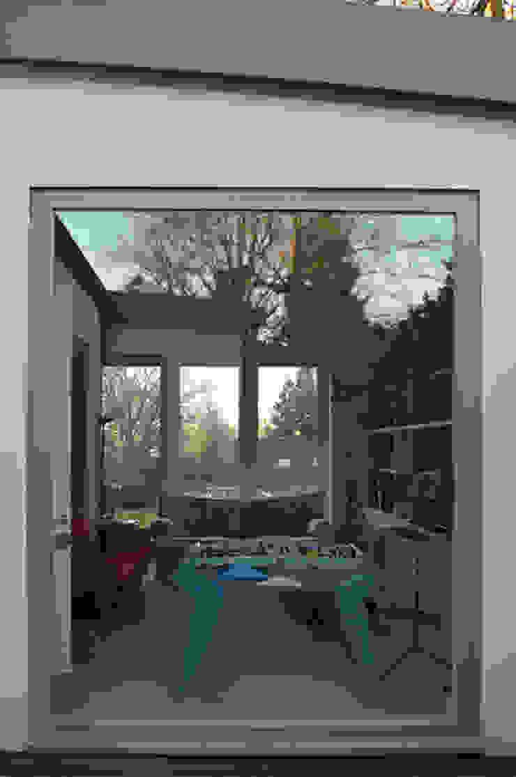 Views through the family room Ruang Keluarga Modern Oleh ArchitectureLIVE Modern