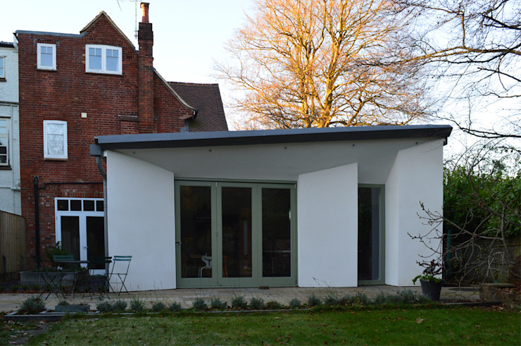 Rear view of the new single storey extension ArchitectureLIVE Maisons modernes Blanc