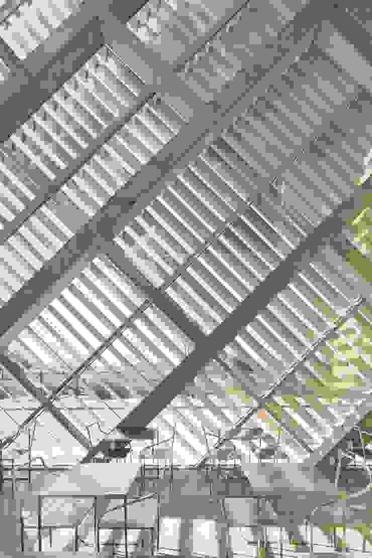 Louverwall 모던스타일 발코니, 베란다 & 테라스 by AND(에이엔디) 건축사사무소 모던