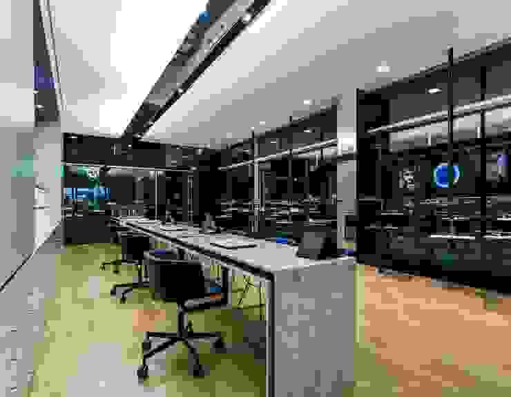 10 Lojas e Espaços comerciais modernos por XYZ Arquitectos Associados Moderno