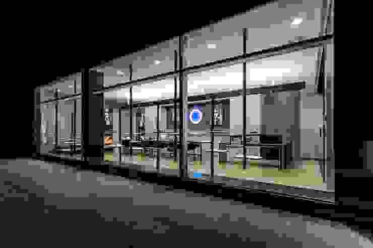 13 Lojas e Espaços comerciais modernos por XYZ Arquitectos Associados Moderno