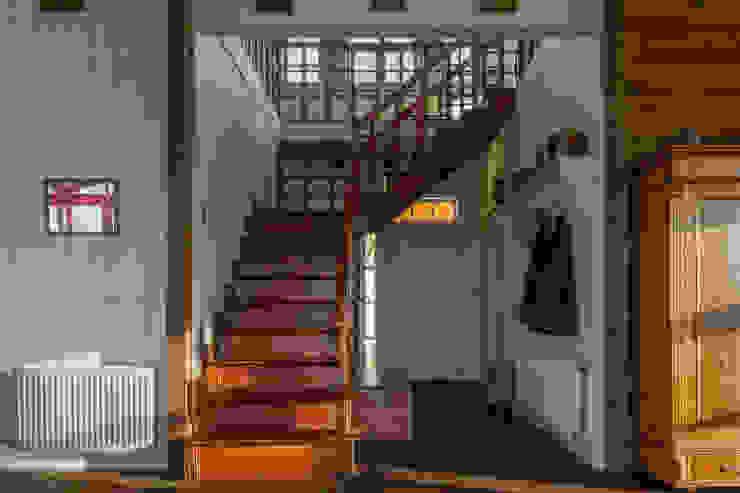 Scandinavian style corridor, hallway& stairs by Moraga Höpfner Arquitectos Scandinavian