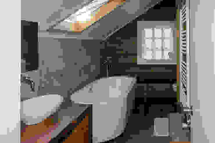 Scandinavian style bathroom by Moraga Höpfner Arquitectos Scandinavian