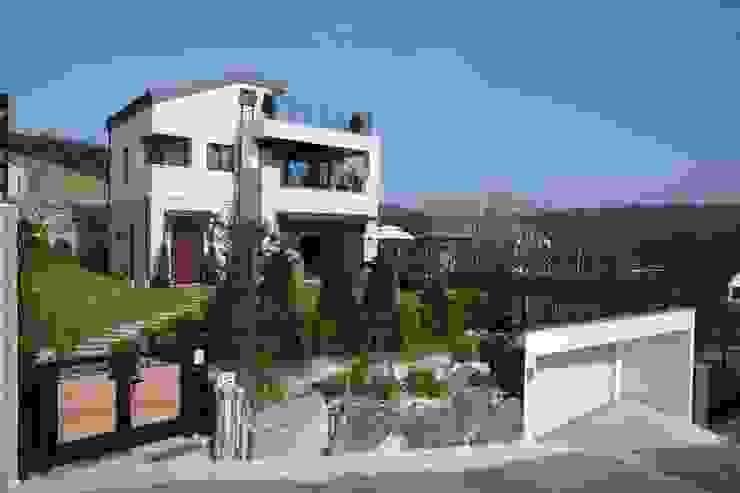 現代房屋設計點子、靈感 & 圖片 根據 지호도시건축사사무소 現代風 強化水泥