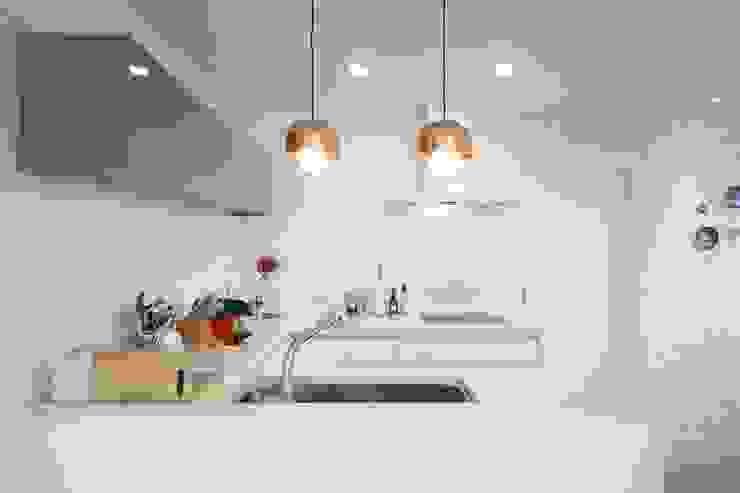 現代廚房設計點子、靈感&圖片 根據 지호도시건축사사무소 現代風 MDF
