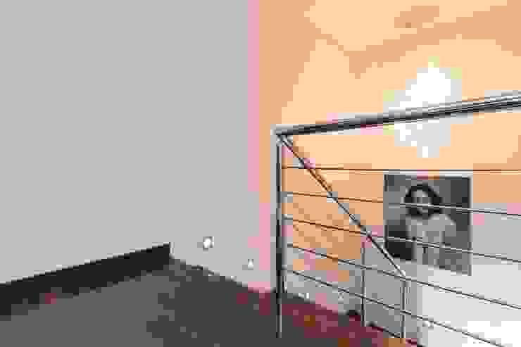 Couloir, entrée, escaliers modernes par Covet Design Moderne