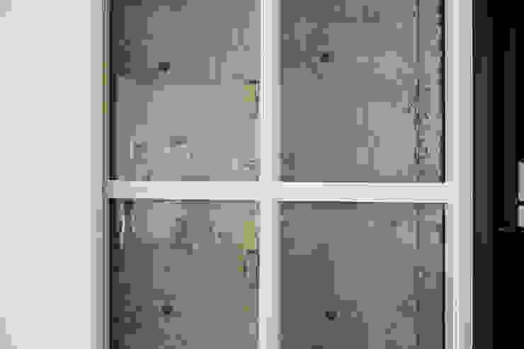 Modern living room by 松島潤平建築設計事務所 / JP architects Modern MDF
