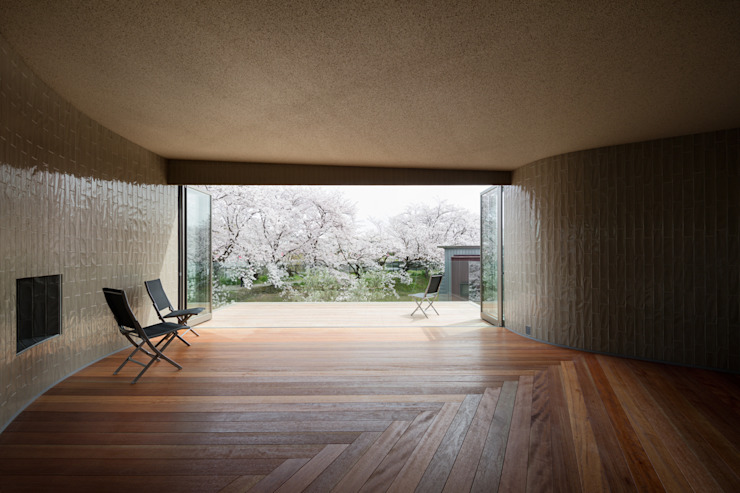 Eclectic style balcony, veranda & terrace by 松島潤平建築設計事務所 / JP architects Eclectic Tiles
