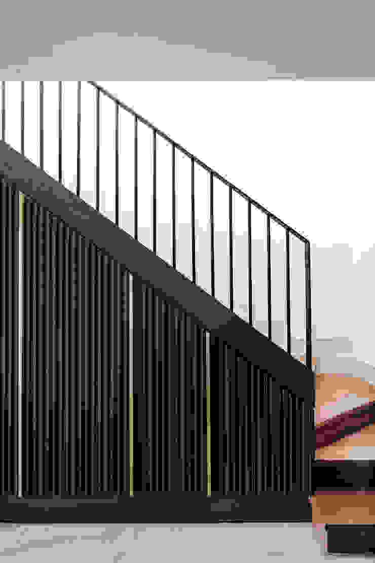 Pasillos, vestíbulos y escaleras de estilo ecléctico de Escapefromsofa Ecléctico