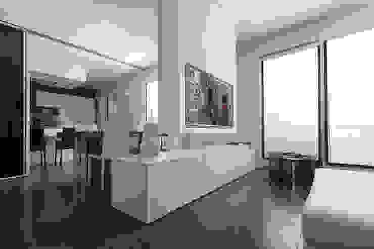 Mobile TV con integrazione domotica fatto su misura e arredi per soggiorno di design Falegnameria Lissone Soggiorno minimalista di Semprelegno Minimalista