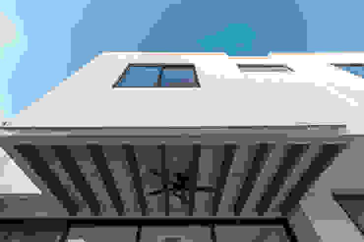 2M Arquitectura Balcone, Veranda & Terrazza in stile moderno