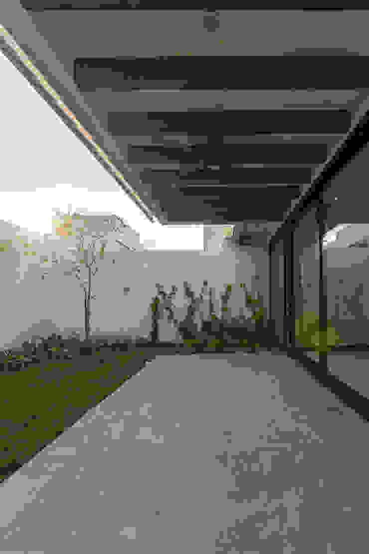 2M Arquitectura Balcone, Veranda & Terrazza in stile minimalista
