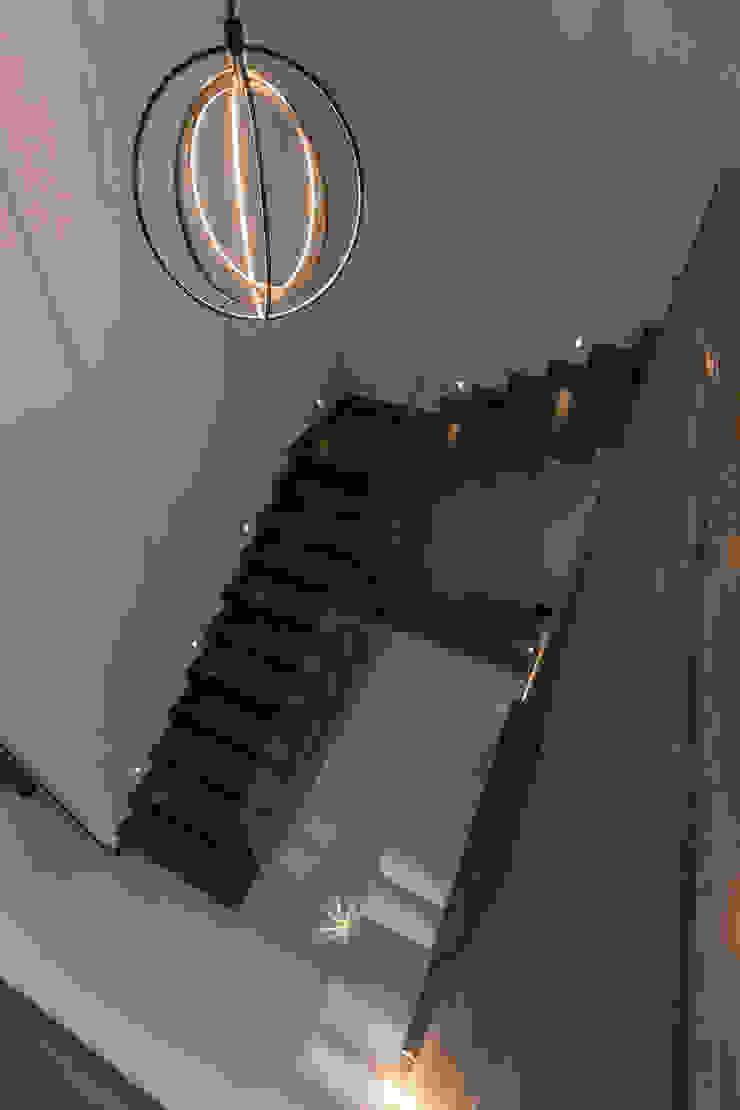2M Arquitectura Ingresso, Corridoio & Scale in stile minimalista
