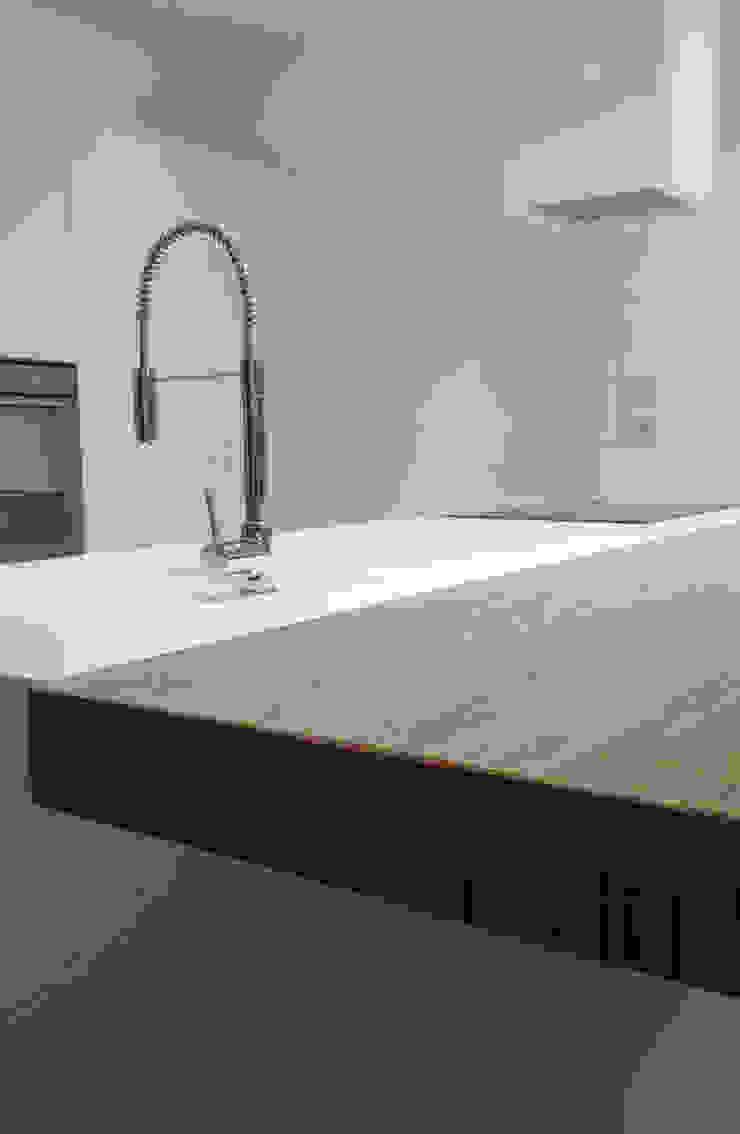Minimalist kitchen by casa&stile interior design e ristrutturazioni Minimalist