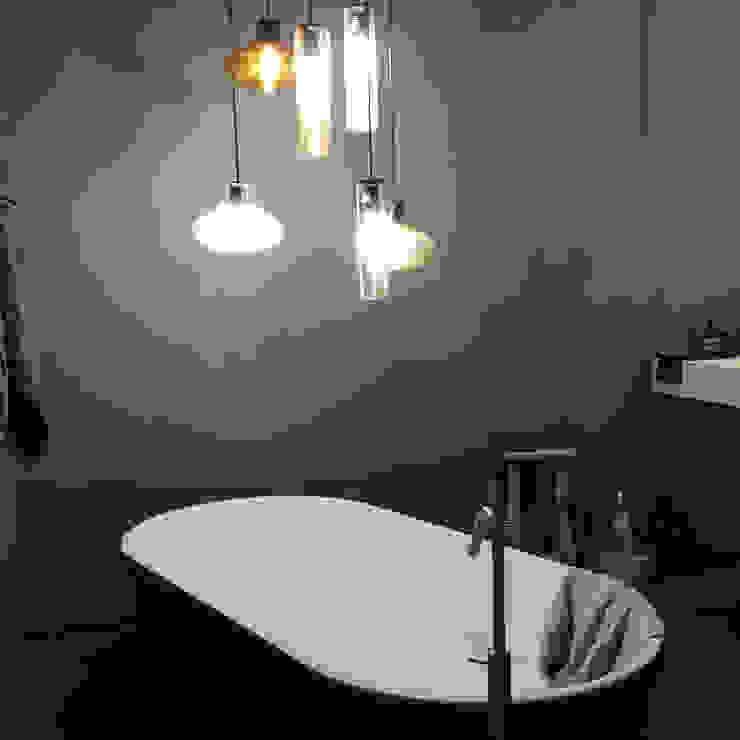 Minimalist bathroom by casa&stile interior design e ristrutturazioni Minimalist
