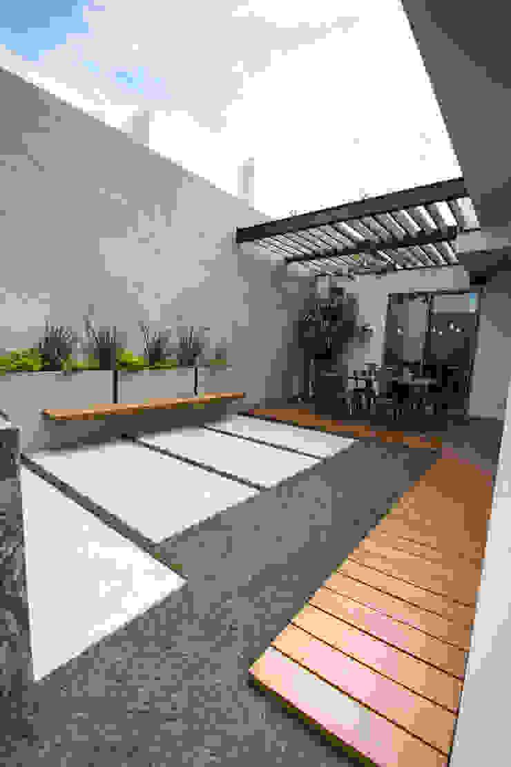 Balcones y terrazas de estilo moderno de TAMEN arquitectura Moderno