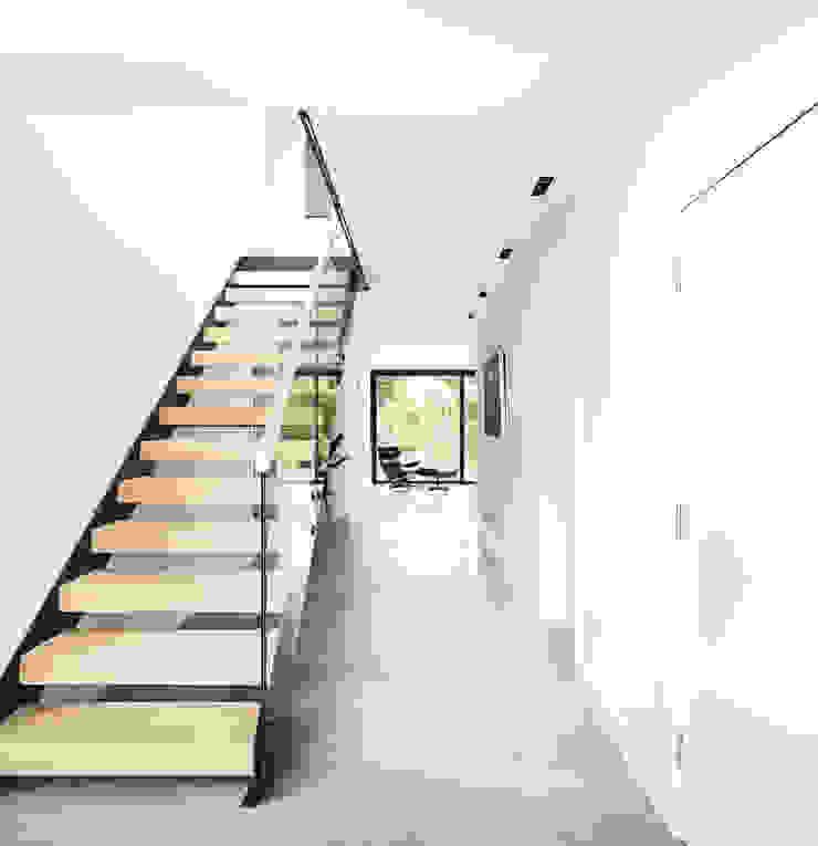 OATLANDS DRIVE Pasillos, vestíbulos y escaleras de estilo moderno de Concept Eight Architects Moderno