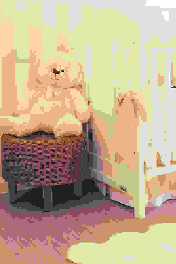 Baby D retro nursery Quartos de criança clássicos por Perfect Home Interiors Clássico