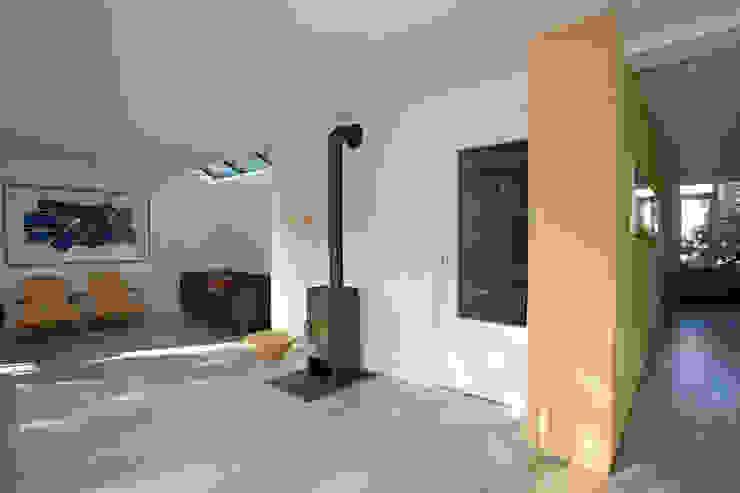 woonkamer met houtkachel Moderne woonkamers van De E-novatiewinkel Modern Hout Hout