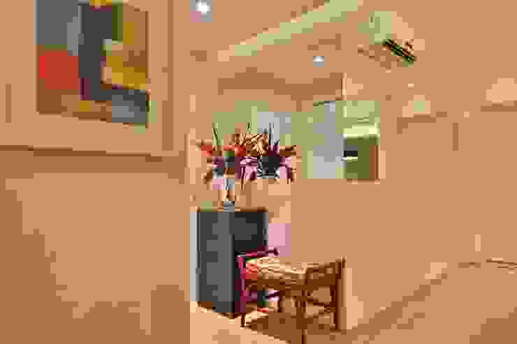 Modern Corridor, Hallway and Staircase by MAJÓ Arquitetura de Interiores Modern
