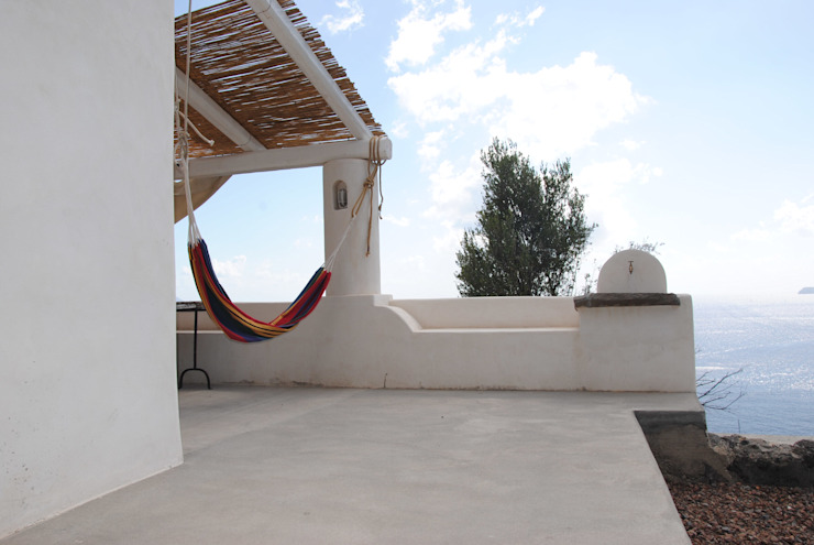 "Architettura Eoliana ""Recupero edilizio a Salina"" Balcone, Veranda & Terrazza in stile mediterraneo di Arkinki Mediterraneo"