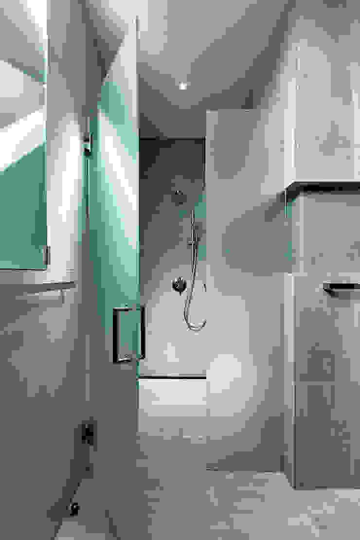 Rosedale Residence Modern Bathroom by KUBE Architecture Modern