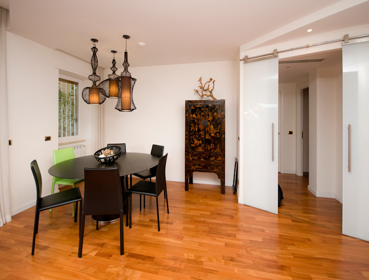 Eclectic style dining room by Fabiola Ferrarello architetto Eclectic Engineered Wood Transparent
