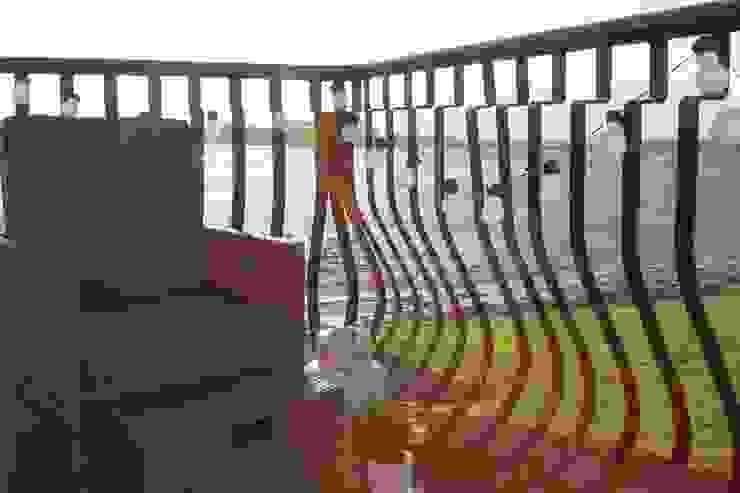 Balcony with Sea Views Casas de estilo clásico de ADORNAS KITCHENS Clásico Hierro/Acero