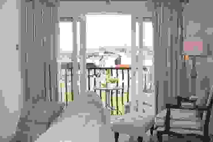 To balcony Salas de estilo clásico de ADORNAS KITCHENS Clásico