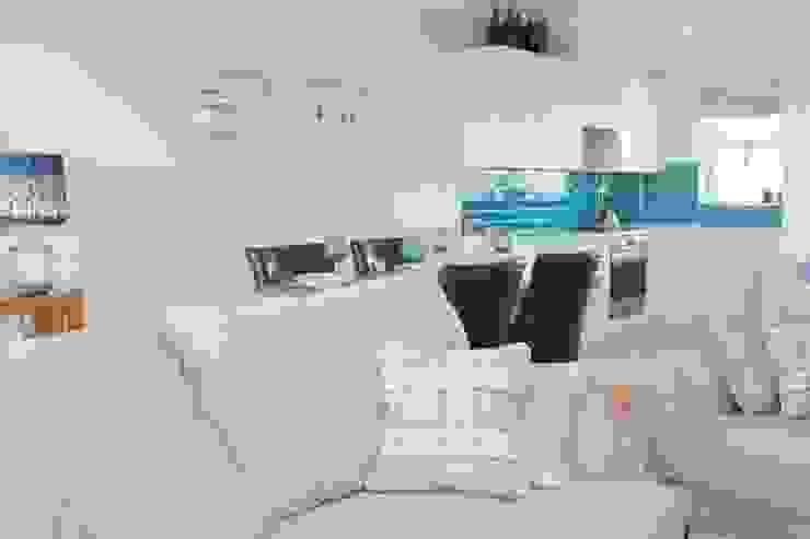 Open plan living room to kitchen Cocinas de estilo clásico de ADORNAS KITCHENS Clásico Madera Acabado en madera