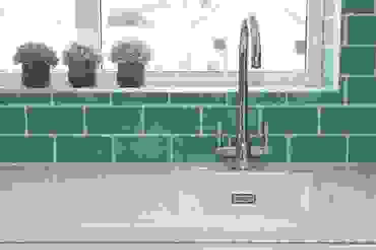 Splashback, white sink and Quartz worktops Cocinas de estilo clásico de ADORNAS KITCHENS Clásico Cerámico