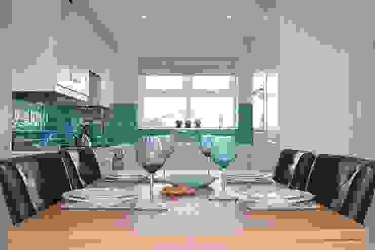Vibrant Aqua Tiles add interest Cocinas de estilo clásico de ADORNAS KITCHENS Clásico Cerámico